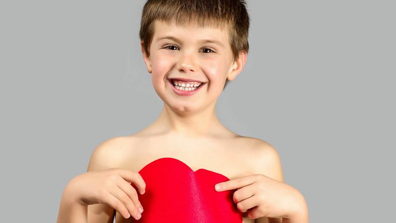 Dziecko trzyma serce