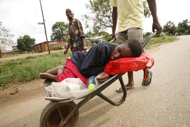 Wybuch epidemii cholery to m.in. skutek bankructwa służby zdrowia oraz zrujnowanej infrastruktury wodnej.