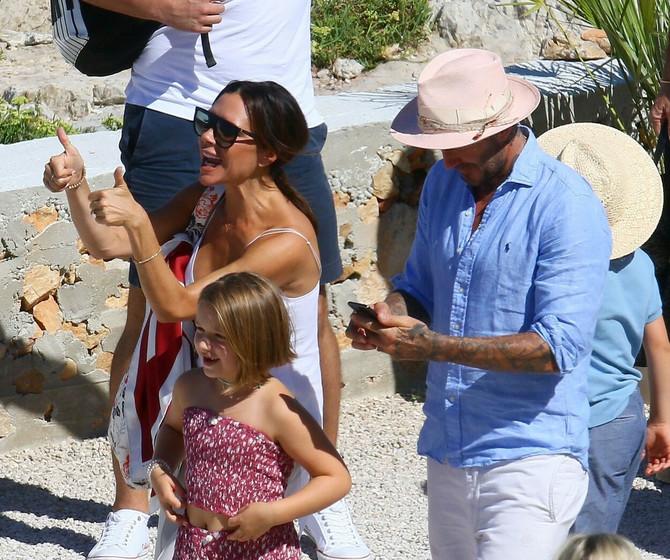 Viktorija i Dejvid Bekam sa ćerkom Harper 2018. na odmoru u južnoj Francuskoj gde su krstarili jahtom Eltona Džona