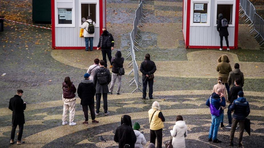 Słowacy czekający na test na koronawirusa (ilustracyjne)