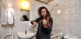 Studenci Akademii Muzycznej grają w toaletach [FILM]