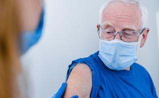 Rzecznik MZ: Bez zmian pozostają terminy szczepień osób w wieku 80 plus