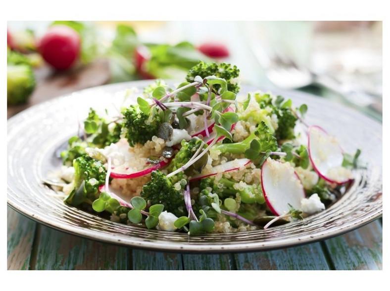 Salatka z kaszy jęczmiennej i brokułu
