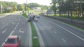 Po groźnej kolizji auta wylądowały jedno na drugim. 28-latek stracił prawo jazdy