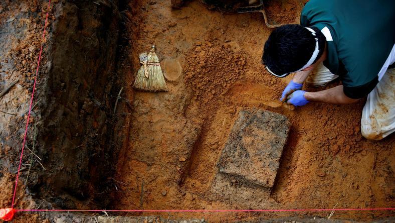 ekshumacja szczątków zwłok znalezionych niedaleko szkoły dla chłopców
