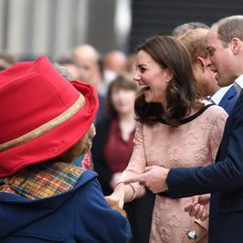 Księżna Kate pochwaliła się ciążowymi krągłościami podczas spotkania z misiem Paddingtonem. Jej brzuszek jest już spory!