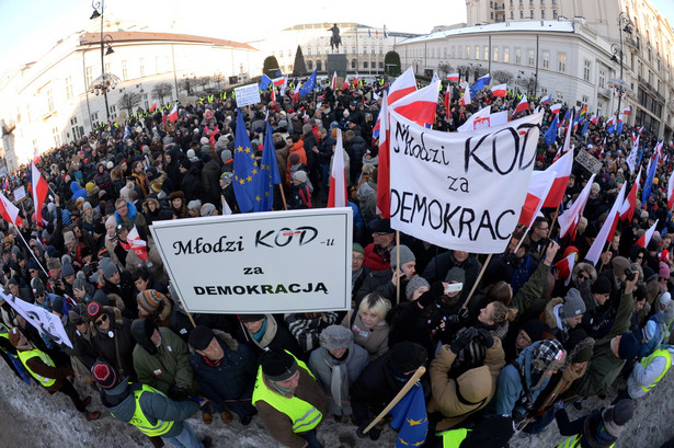 Polska w ruinie: Obrońcy demokracji wchodzą w buty moherów