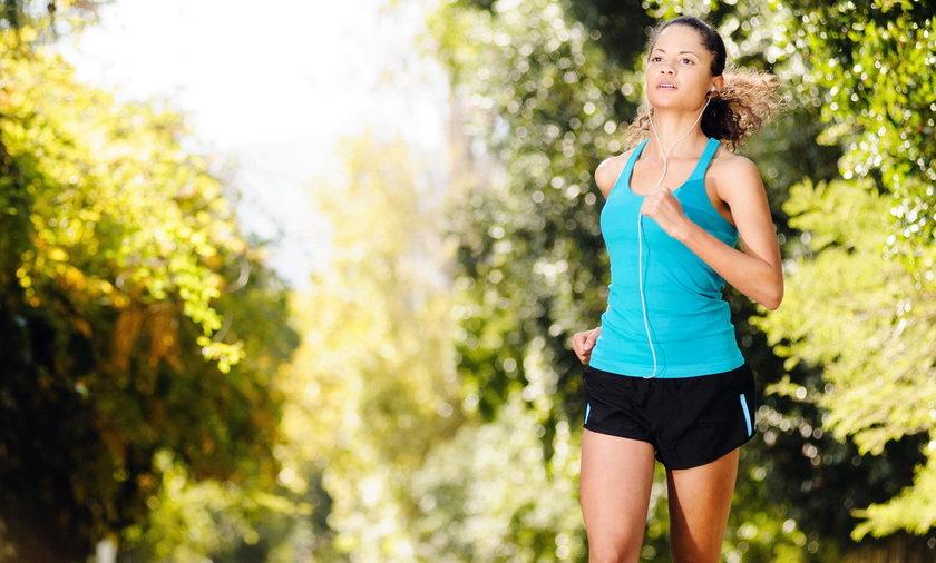 kobieta biegnie przez las