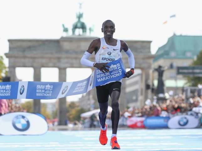 Eliud Kipchoge crosses the finish-line at Berlin's Brandenburg Gate