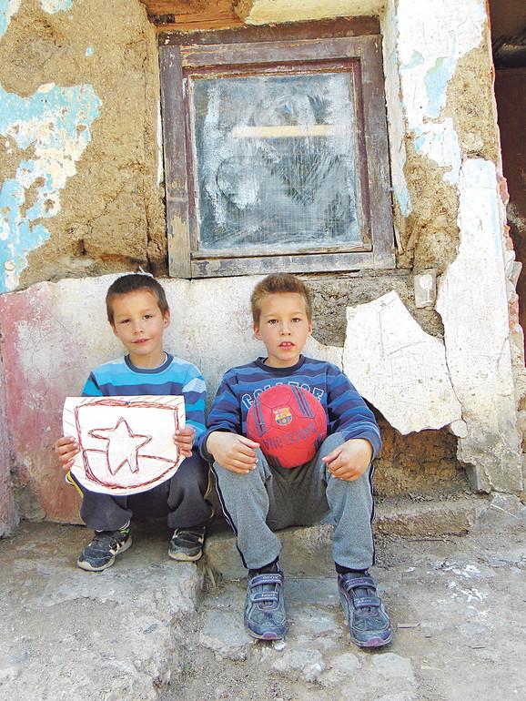 Miloš (6) i Marko (8) vole da igraju fudbal