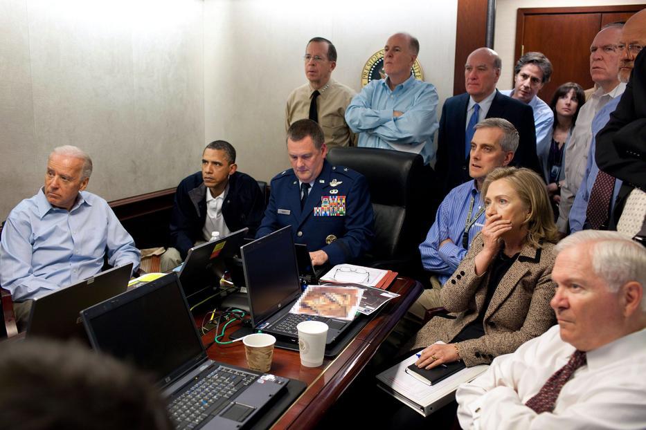 Joe Biden alelnök, Barack Obama amerikai elnök és stábja figyelik az Oszama bin Laden elleni akció képsorait a Fehér Házban. Az akció során amerikai katonák megölték a terroristavezért. Az ajtóból Tony Blinken, az alelnök nemzetbiztonsági tanácsadója kukucskál. /MTI/Fehér Ház/Pete Souza