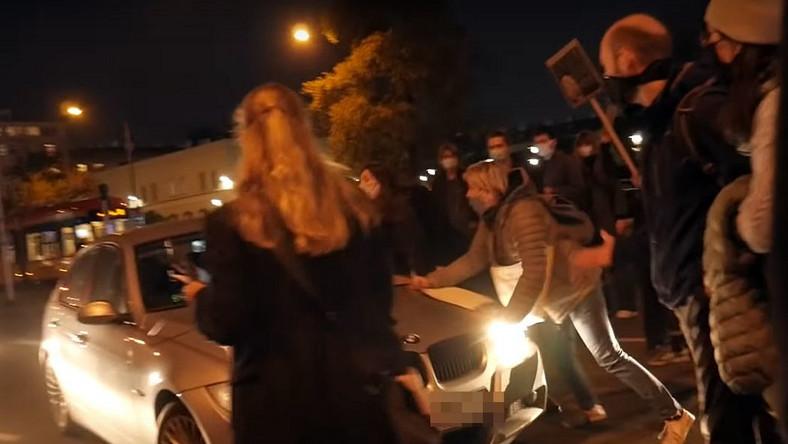 Kadr z filmu - potrącenie podczas protestu kobiet w Warszawie