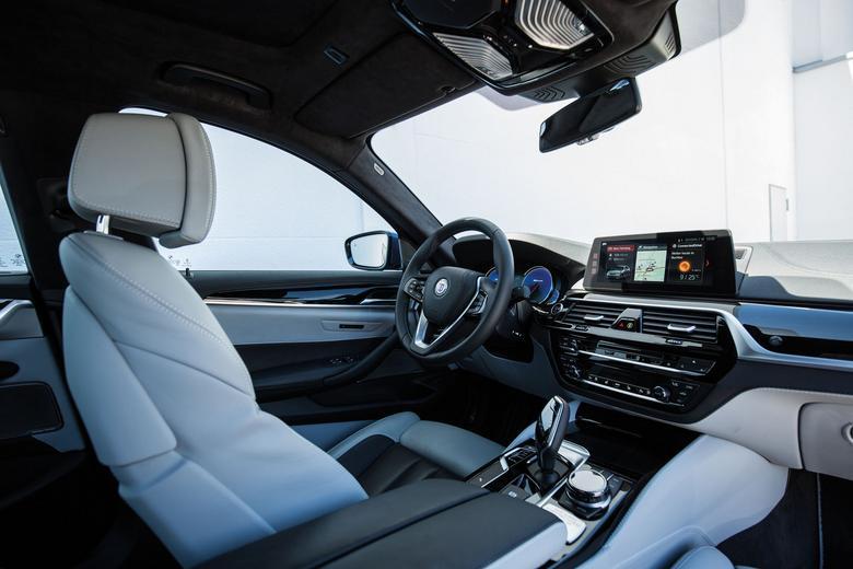Delikatną skórę Lavalina, którą na zamówienie jest wykańczanewnętrze Alpiny, wykorzystuje również Rolls-Royce.