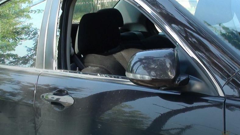 Policjanci wybili szybę i wyciągnęli dziecko z auta