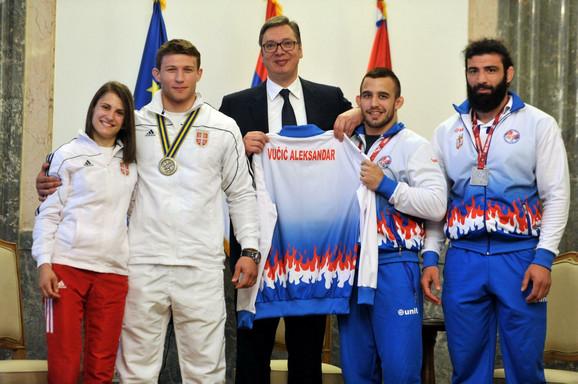 Aleksnadar Vučić je od rvača dobio dres reprezentacije