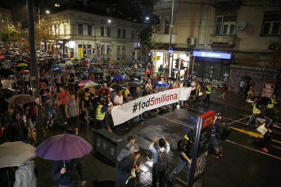 Protestna šetnja nastavljena je preko Trga republike do zgrade Javnog servisa