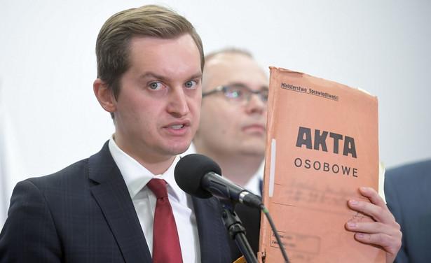 """Sebastian Kaleta powiedział dziennikarzom po głosowaniu, iż było do przewidzenia, że senatorowie opozycji nie poprą tej noweli. """"Konsekwentnie będziemy walczyli w Sejmie, żeby ta ustawa została przyjęta przez Sejm"""" - podkreślił"""