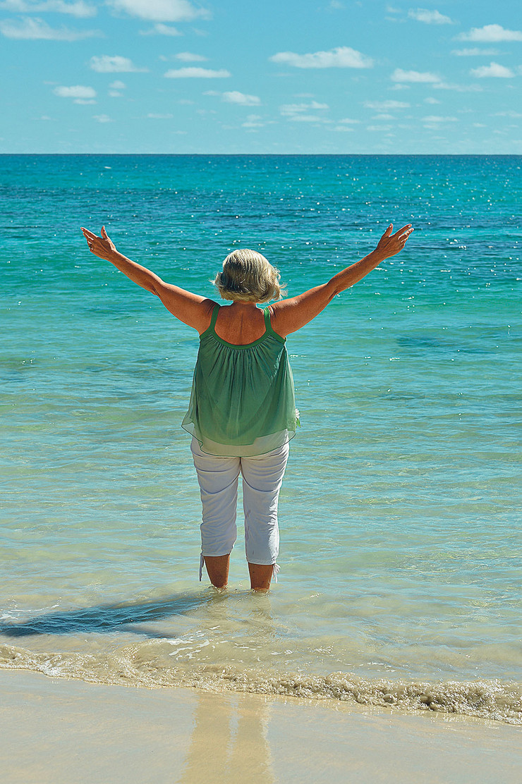 letovanje stock-photo-happy-elderly-woman-on-beach-370414946