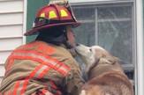 pas poljubio vatrogasca