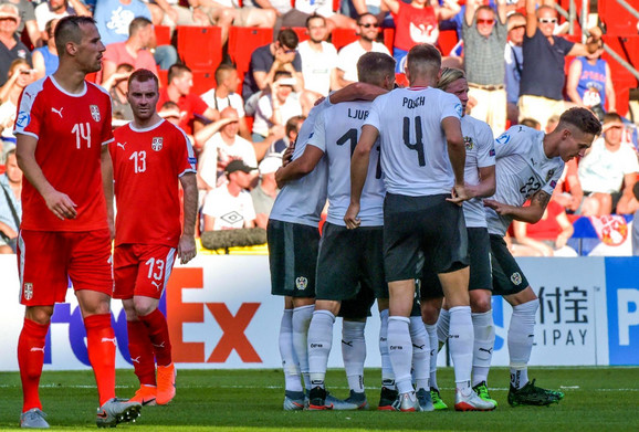 Mlada fudbalska reprezentacija Srbije u neverici tokom goleade Nemaca na U21 prvenstvu Evrope
