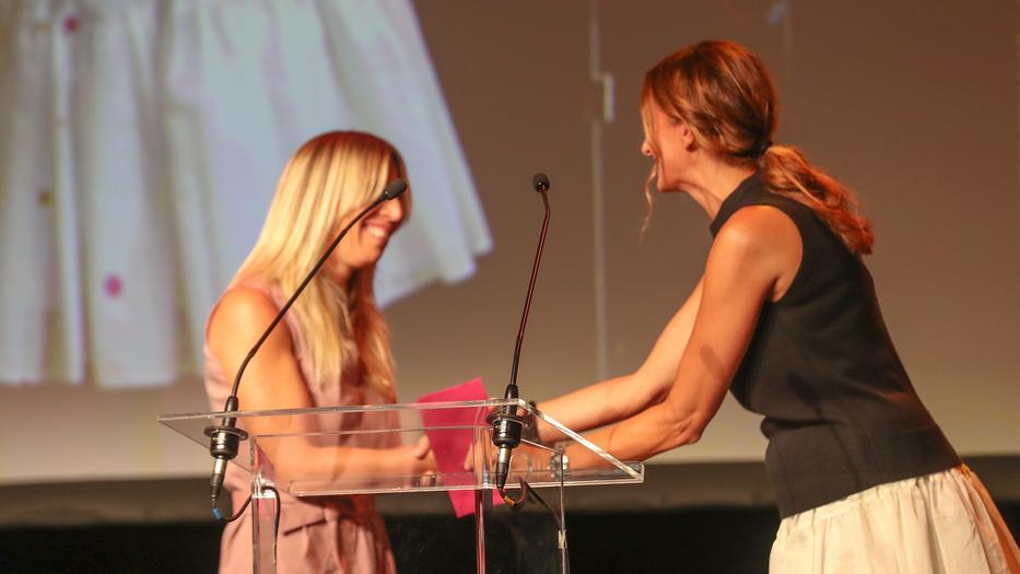 Az év divattervezője Cakó Kinga lett, a díjat Epres Panni adta át /Fotó: Zsolnai Péter