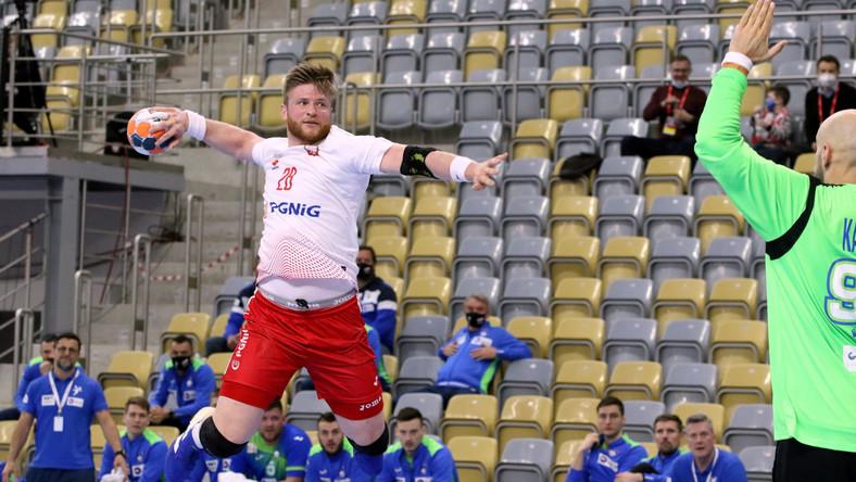 Reprezentant Polski Maciej Gębala (L) i bramkarz Urh Kastelić (P) z drużyny narodowej Słowenii