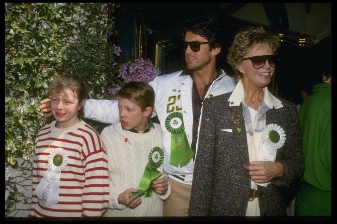 Pirs Brosnan sa Kasandrom Haris, i njenom decom iz prvog braka - Šarlot i Kristoferom
