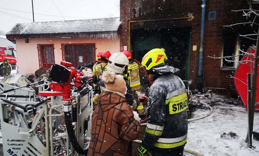 Ta scena wzrusza do łez. Seniorka przyszła do zapracowanych strażaków z kawą