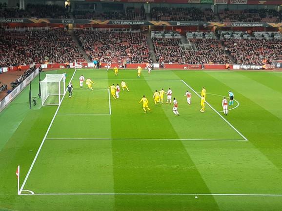 Arsenal ima navijače koji će stalno stajati i navijati, ali ima i kop na južnoj tribini iz kojeg povremeno dolazi nesnosna buka
