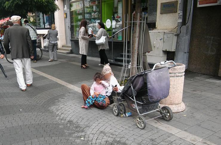 BLUR NOVIPAZAR02 Veliki broj romske dece spava pod otvorenim   nebom foto N Koccovich