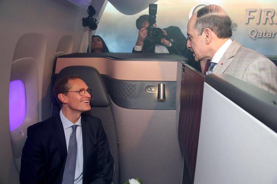 Kabiny odgrodzone są panelami zapewniającymi prywatność. Przy przesuwanych drzwiach jest lampka informująca personel pokładowy, że pasażer nie życzy sobie, by mu przeszkadzano.