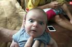 """""""MAMA, ZAŠTO MI JE GLAS OVAKO DUBOK?"""" Urnebesna reakcija bebe nasmejaće vas do suza, a za sve je kriv TATA"""