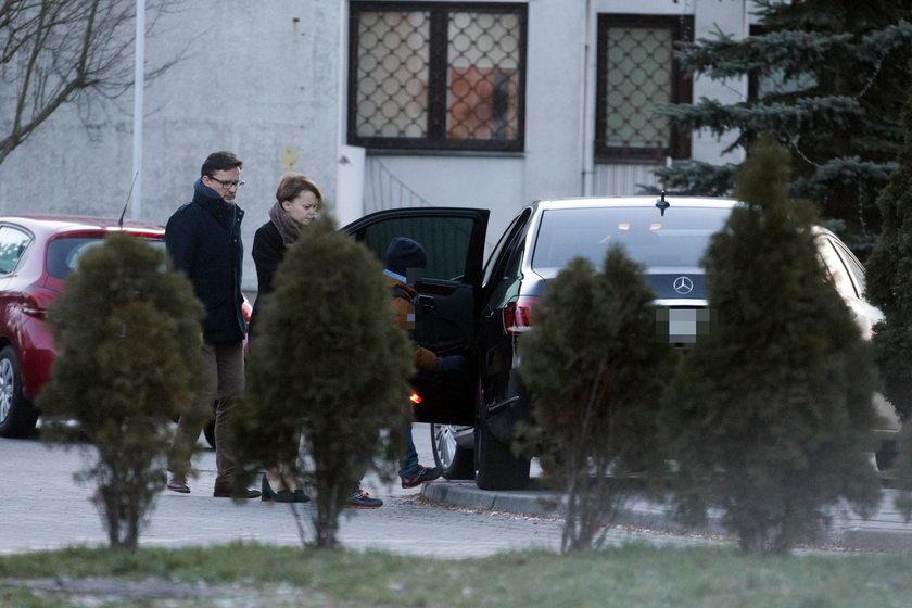 Rządową limuzyną z dziećmi i mężem jako kierowcą