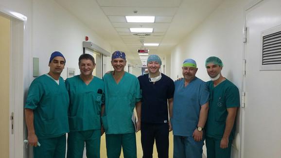 Tim sa Krivokapićem koji je operisao pacijenta sa karcinomom debelog creva
