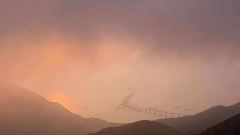 W pobliżu Międzynarodowego Portu Lotniczego w Hongkongu trwają prace budowlane przy konstrukcji najdłuższego na świecie mostu. Koszt całego projektu, zakładającego wybudowanie tunelu o długości 50 km oraz zespołu mostów nie jest znany. Zobacz zdjęcia!