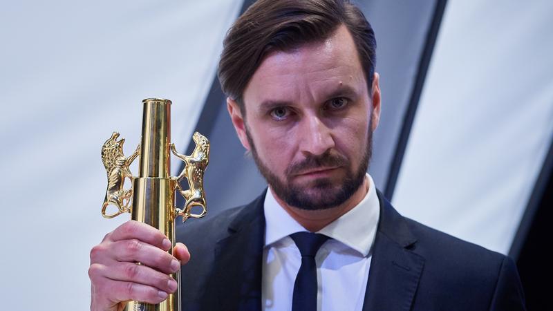 """Reżyser filmu """"Cicha noc"""" Piotr Domalewski z nagrodą Złote Lwy za najlepszy film festiwalu"""