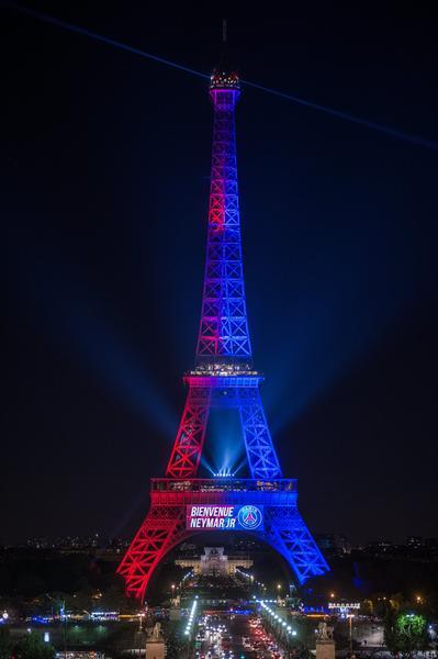 Wieża Eiffla oświetlona w barwach PSG