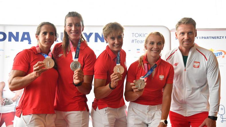 Od lewej: Maria Sajdak, Marta Wieliczko, Katarzyna Zillmann, Agnieszka Kobus-Zawojska z trenerem Jakubem Urbanem
