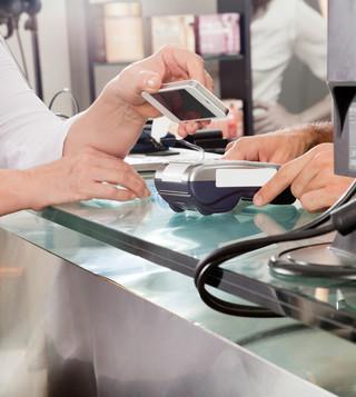 PKO BP wdraża nowe płatności zbliżeniowe. UKNF: Zabezpieczcie  smartfony
