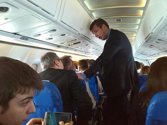 Optuštena atmosfera:Vučić s ministrom Sertićem u avionu