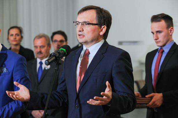 W czwartek Sejm uchwalił nową ustawę o Sądzie Najwyższym, która przewiduje m.in. możliwość przeniesienia obecnych sędziów SN w stan spoczynku.