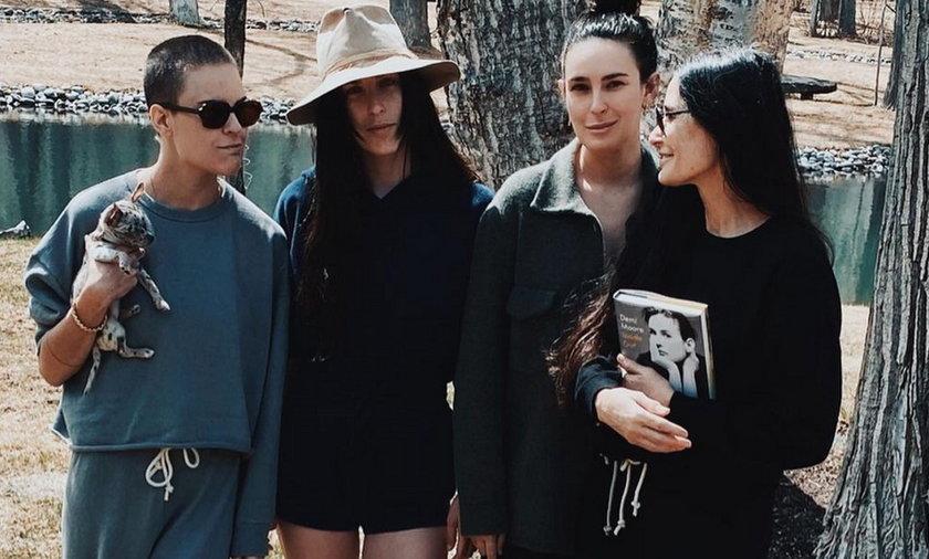 Demi Moore pozuje z trzema córkami w kampanii kostiumów kąpielowych.