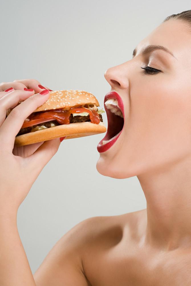 Zdrave obroke poznati blogeri presecaju hamburgerima i picama
