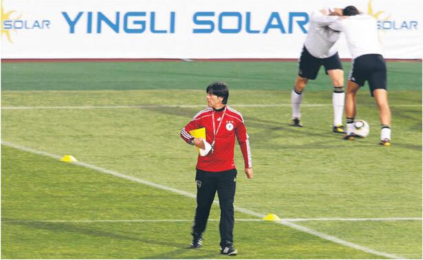 Reklama chińskiego producenta baterii słonecznych na stadionie, na którym trenuje reprezentacja Niemiec Fot. AP
