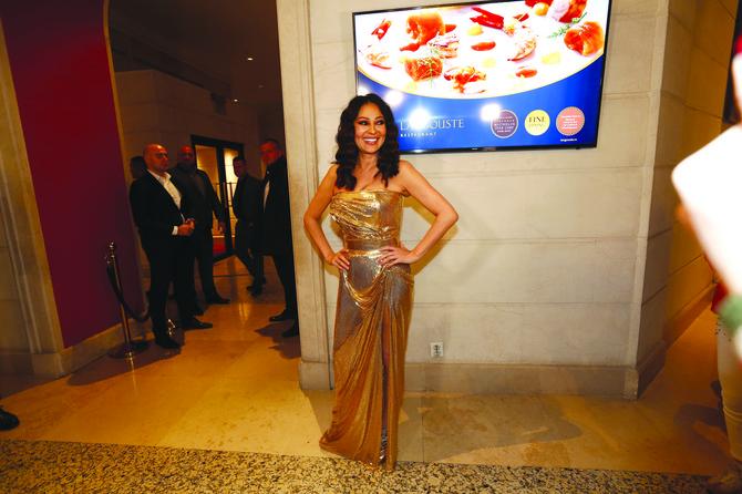 Ceca u zlatnoj haljini