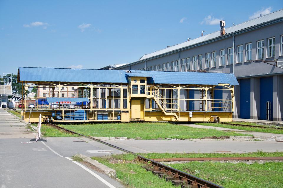 Między poszczególnymi halami Newagu pudła pociągów transportowane są po szynach i za pomocą suwnic.