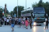 autobus sa djacima stigao oko 20 30 na parking kod marketa 024_120618_RAS_FOTO 001