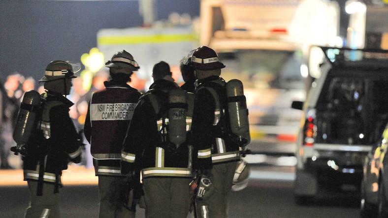 Strażacy zabezpieczający akcję saperów w Sydney