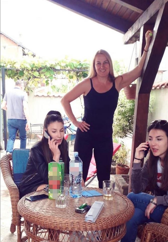 Jelena Gajšek sa ćerkama Anjom i Teodorom