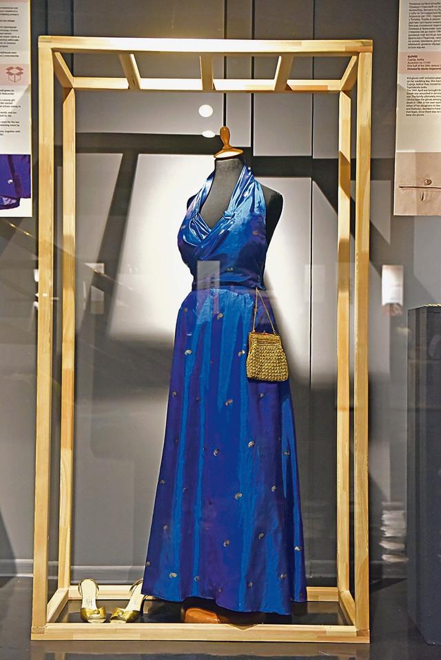 Haljina, cipele i tašna, sve spremno za bal iz druge polovine 20. veka